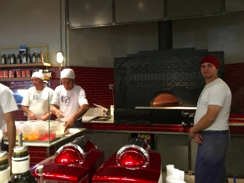 O forno italiano da Napoli Centrale, de onde saem as pizzas certificadas como 'veramente napolitanas'.