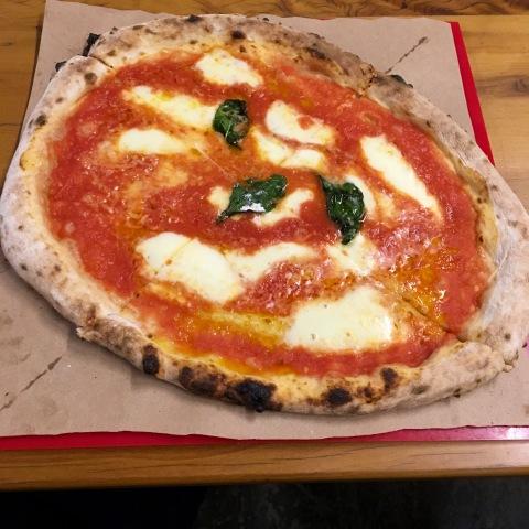 A marguerita de massa finíssima da Napoli Centrale, nova integrante da área de alimentação do Mercado Municipal de Pinheiros.