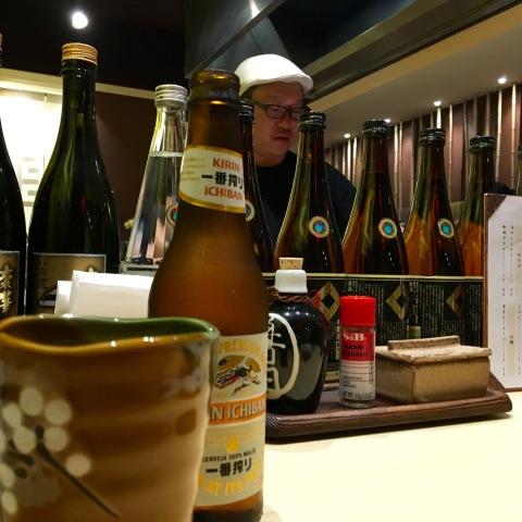 O chef Ken Mizumoto comanda a grelha no Yorimichi Izakaya, no Paraíso.