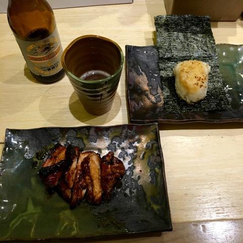 Butabara, barriga de porco com o ótimo molho tare (R$ 9,50) e bolinho de arroz grelhado em alga crocante (Misoyaki onigiri).