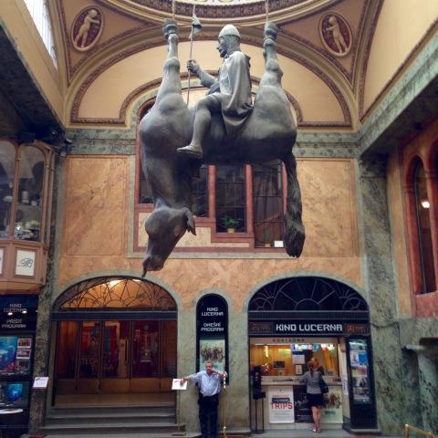 Estátua equestre de São Venceslau na escondida Galeria Lucerna.