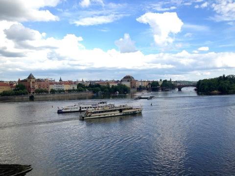 Praga vista da Ponte Carlos sobre o Rio Moldava.