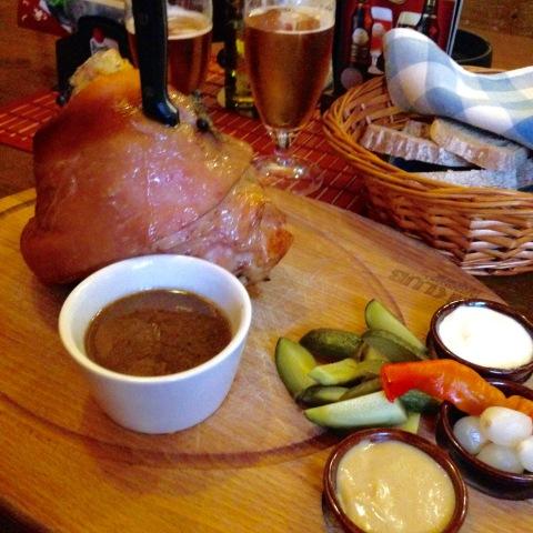 O desafiador joelho de porco com picles do restaurante Amos.
