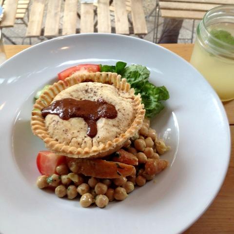 Torta de frango jamaicano, salada de grão de bico com cenouras da Hello Good Pie.
