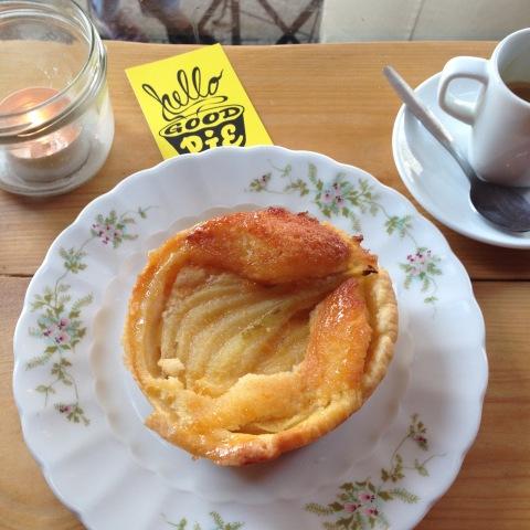 Torta de peras com amêndoas e um expresso na Hello Good Pie.