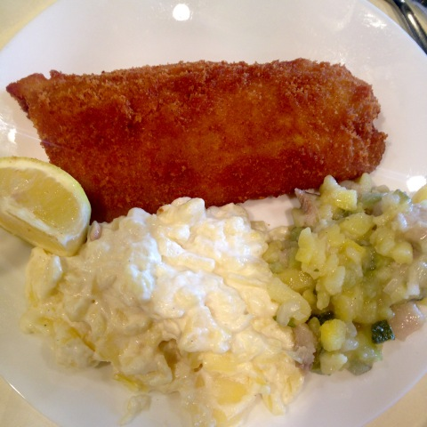 Clássicos da Rogacki: Filé de peixe empanado e duas versões de salada de batatas.