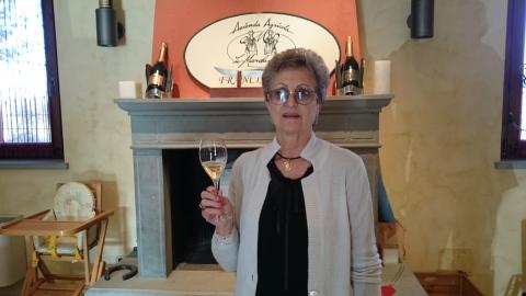 A matriarca da família Baetta, dona Giuliana brinda com um dos champagnes à italiana produzidos na vinícola da família.