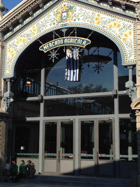 Entrada do Mercado Agrícola de Montevideo, ótimo lugar para passear e descobrir os sabores locais.