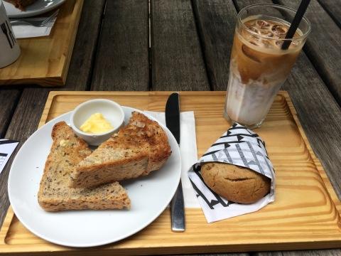 Combo Keirin com pão de linhaça torrado, latte gelado e cookie (R$ 23).